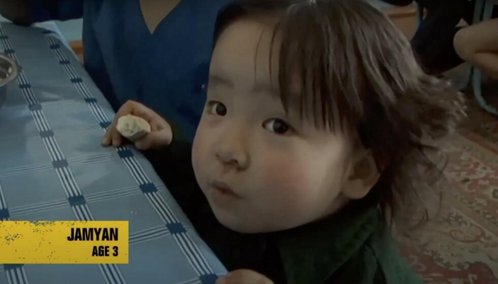 FØRSTE MØTET: Jamyan var tre år da Ewan McGregor møtte henne på barnehjemmet i Mongolia. FOTO: FAKSIMILE «Long Way Up»/BravoTV