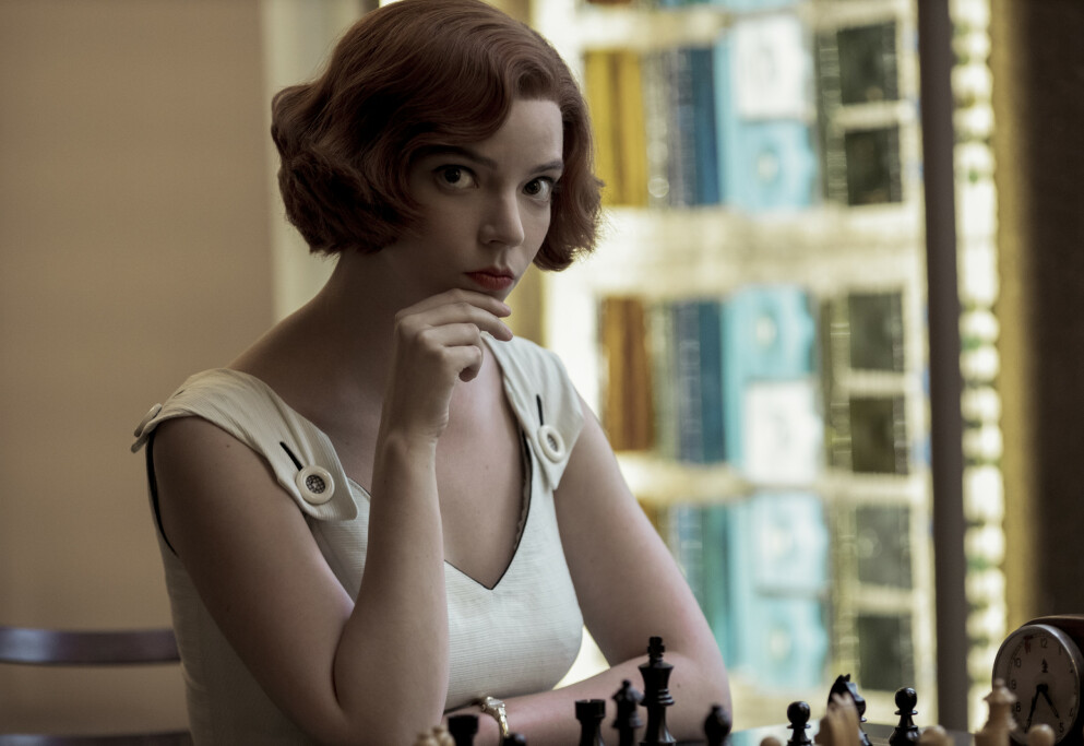 TV-SERIER: Du trodde kanskje at sjakk ikke var noe for deg? Vent til du ser The Queen's Gambit! FOTO: Netflix
