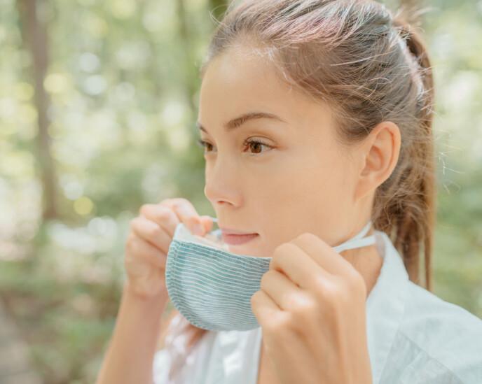 VASK OFTE: Man skal behandle munnbindet sitt som undertøy og vaske ofte, sier hudlegen. Foto: NTB
