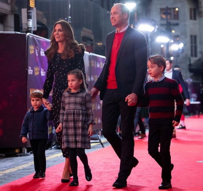 PÅ RØD LØPER: Hertugparet av Cambridge tok med seg barna på rød løper. Foto: NTB