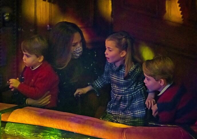 SPENNENDE: Louis, Charlotte og George er tydelig interessert i hva som skjer på scenen. Mon tro det er pappa William de ser? Foto: NTB