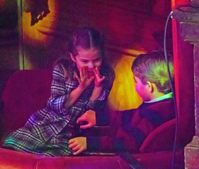 SØSTER OG BROR: Charlotte og George ser ut til å kose seg på show. Foto: NTB