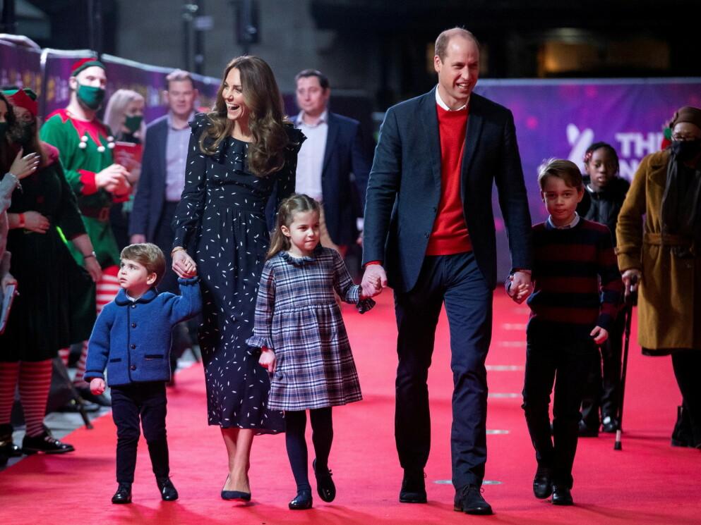 UTFLUKT MED FAMILIEN: Hertuginne Kate og prins William tok med seg Louis, Charlotte og George på pantomime-forestilling i London. Foto: NTB