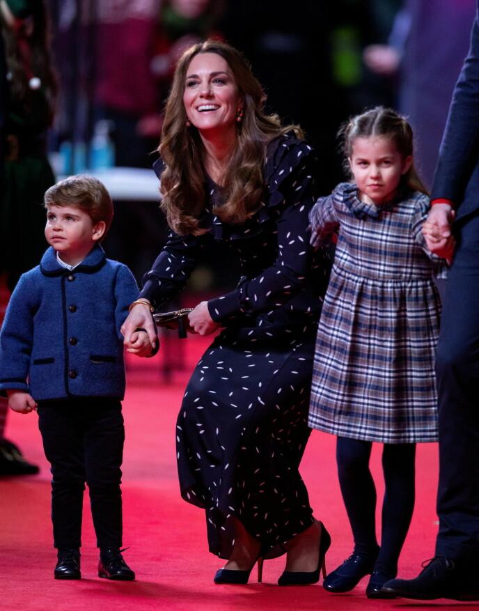MYE Å SE PÅ: Prins Louis holdt godt fast i mammas hånd mens prinsesse Charlotte gjerne vandret og vinket på egenhånd. Foto: NTB