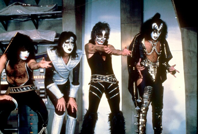 KYSS: Gene Simmons, lengst til høyre, med bandkollegaene i «Kiss«. far venstre Pauls Stanley, Ace Frehley og Peter Criss. Bildet er far 1979 samme tiår som Liv Ullmann var på flere dater med Gene Simmons i New York. FOTO: NTB.