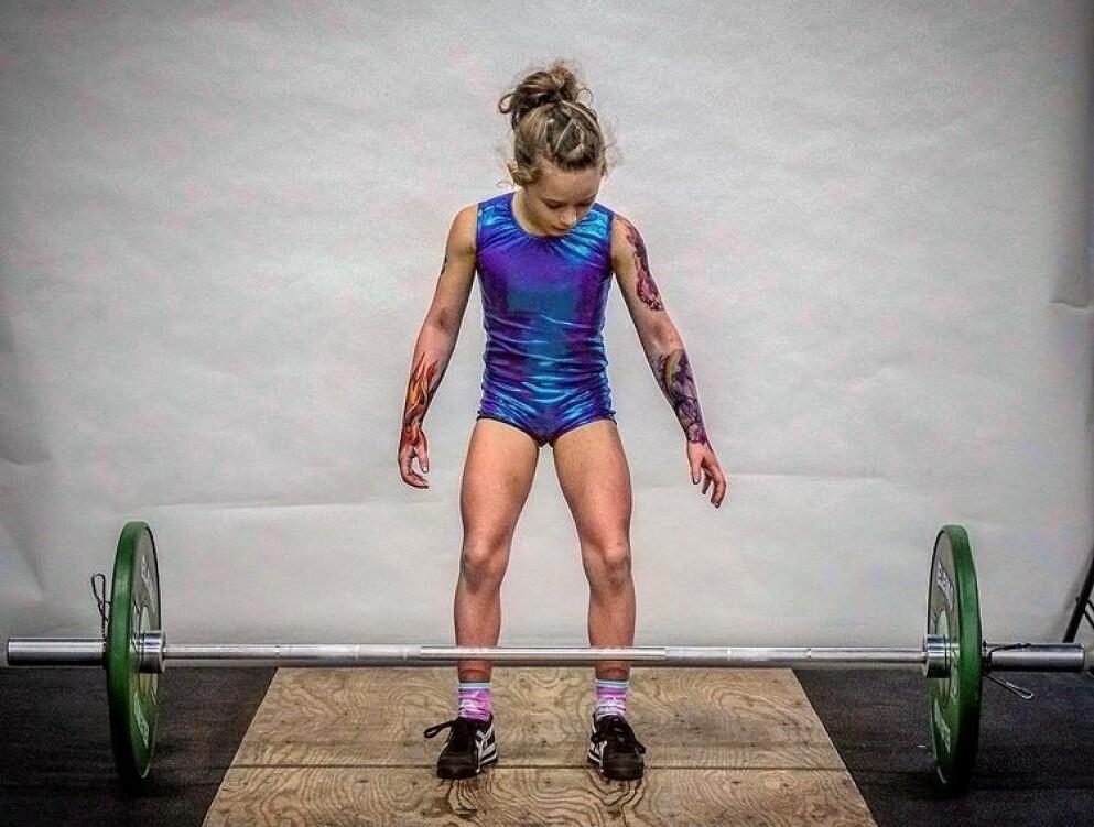 HISTORISK: 7 år gamle Rory Van Ulft er historisk med sine unike resultater i vektløftingsmesterskap. Under konkurranser bruker hun falske tatoveringer for å se ekstra tøff ut. FOTO: Skjermdump/Instagram (@roryvanulft)