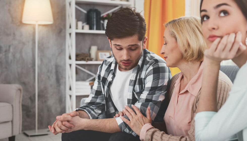 BLIR SOM EN KONKURRANSE: Hvis morens meninger alltid er viktigst for mannen, vil kjæresten føle seg oversett, avvist og sveket.