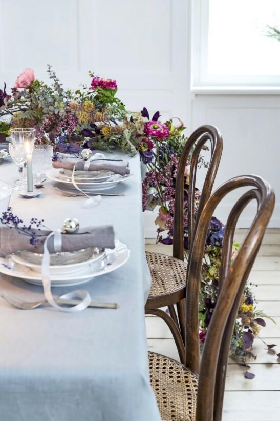 Blomsterranken på bordet gir en skikkelig wow-effekt. Blomsterranken kan du bestille fra en blomsterforretning. Stolen er fra Thonet. FOTO: Anitta Behrendt