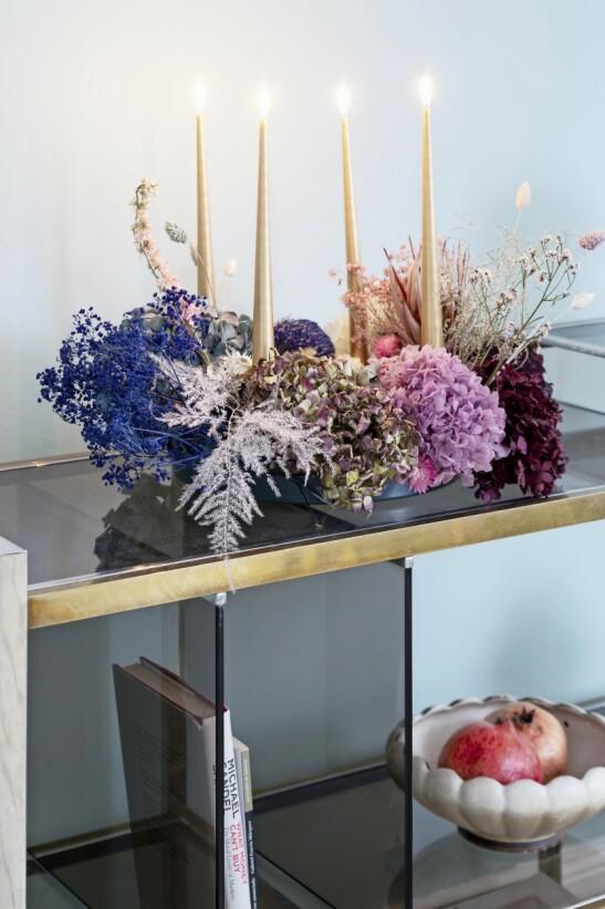Har du pågangsmot til å lage adventskransen selv, er det lurt å samle og tørke blomster gjennom hele høsten. Her er en krans av hortensia, strå og brudeslør som er spraymalt i ulike farger. Tips! Lag din egen fargepalett når du skal pynte til jul. Ta utgangspunkt i farger du henter fra interiøret. Da blir et pyntet julehjem aldri rotete og overlesset. FOTO: Anitta Behrendt