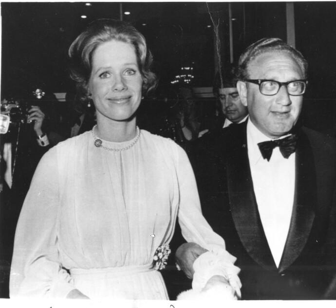 FESTFINT SELSKAP: Liv Ullmann og Henry Kissinger ankommer Beverly Hilton Hotel i 1973, i anledning en fest til ære for regissør John Ford. FOTO: NTB