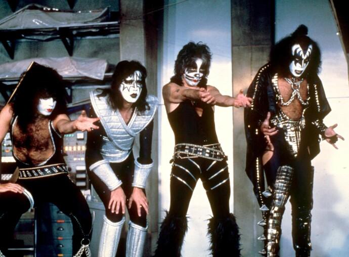 TUNGEKRØLL: Gene Simmons, lengst til høyre i rockebandet «Kiss» som var gigantiske på 70 og 80-tallet. Liv Ullmann minnes daten hun var på med Simmons. FOTO: NTB