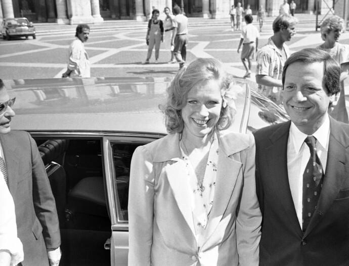 LYKKE: Liv Ullmann og den amerikanske forretningsmannen Donald Saunders ankommer rådhuset i Roma 6. september 1985, der de giftet seg. FOTO: NTB