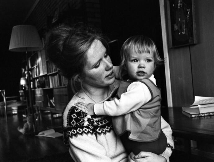 LIV OG LINN: Liv Ullmann med datteren Linn på Strømmen utenfor Oslo i 1968. FOTO: Ivar Aaserud / Aktuell / NTB