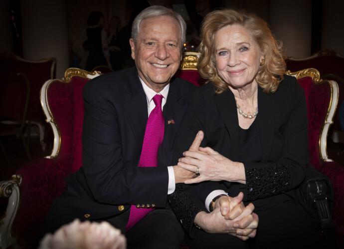 KJÆRLIGHET: Liv Ullmann og mannen Donald Saunders under feiringen av 80-årsdagen hennes på Nationaltheatret i 2018. FOTO: Fredrik Hagen/NTB