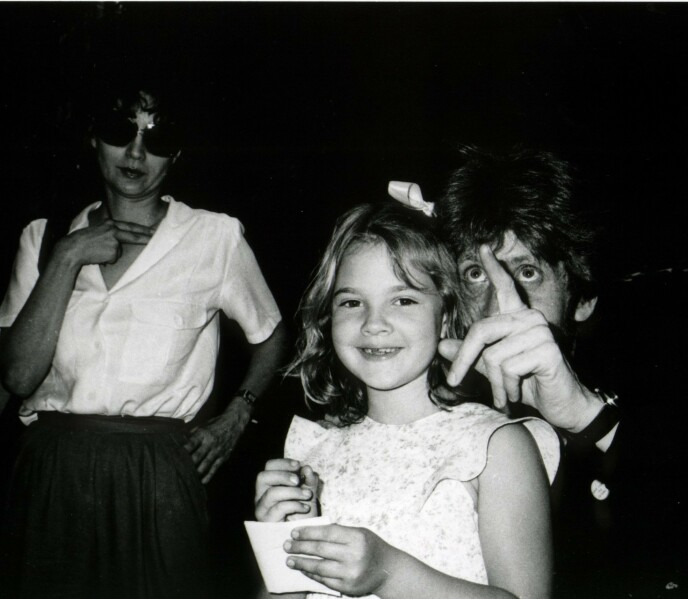 TALENT: Drew Barrymore skapte et navn for seg selv allerede som barn, men dessverre fikk hun ikke den oppfølgingen hun trengte fra foreldrene. Foto: NTB