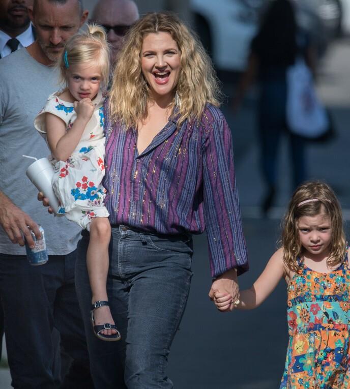 STOLT MOR: Drew Barrymore ønsker ikke at barna Olive og Frankie skal velge samme karriere som henne. Foto: NTB