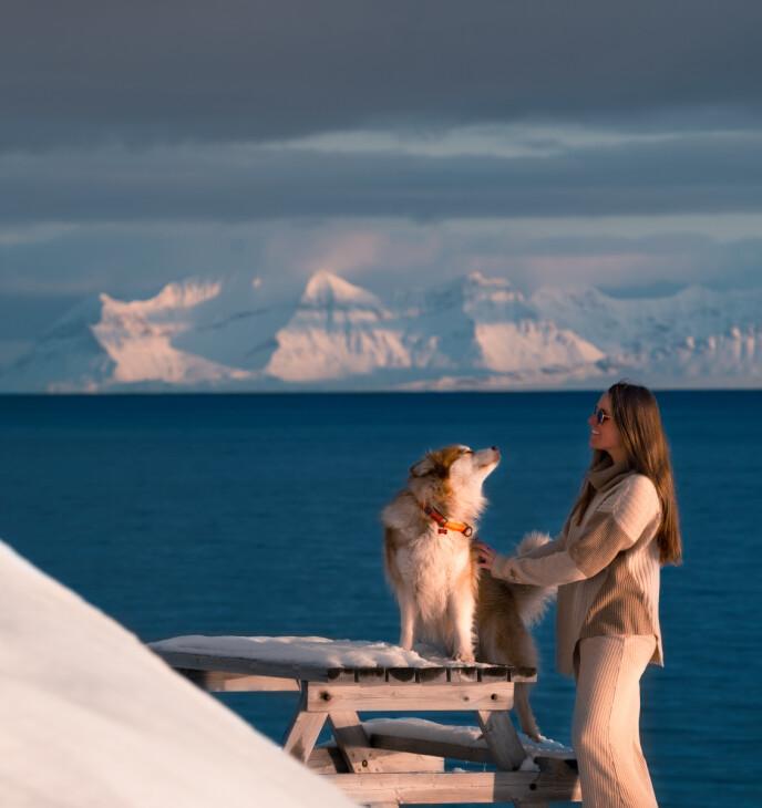 GRIM: Cecilia sammen med lapphunden Grim som varsler hvis det kommer isbjørn. FOTO: Privat