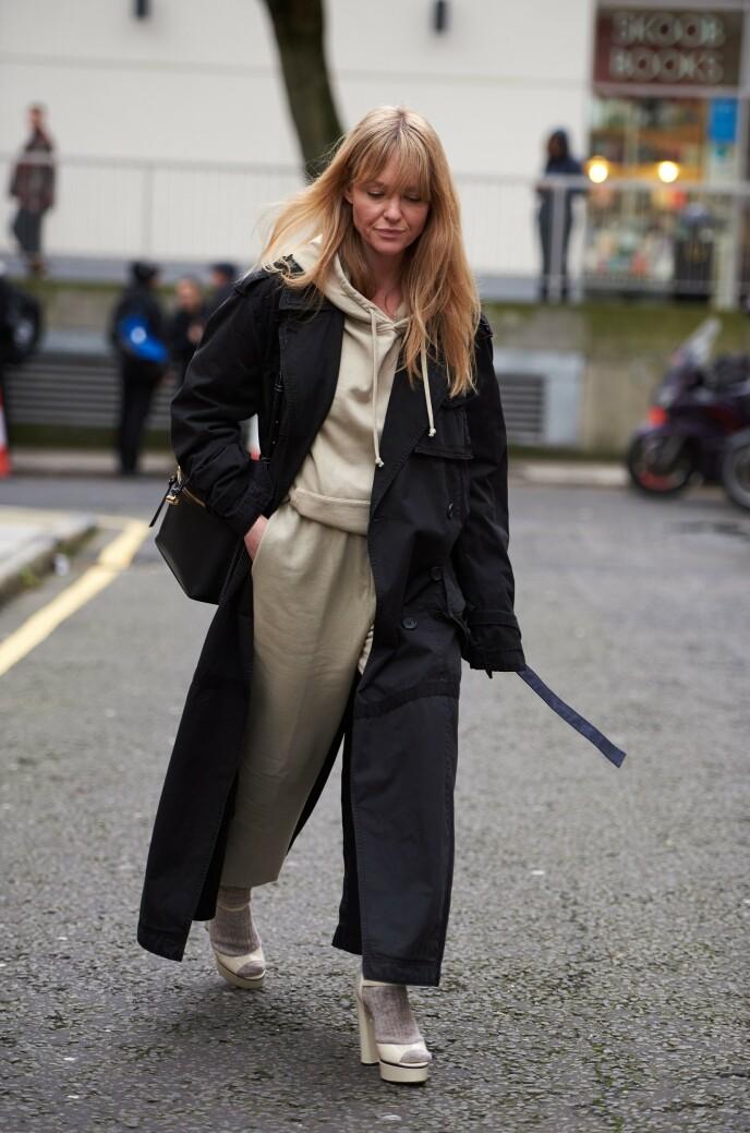 KUL KOMBO: Se hvordan den danske influenseren Jeanette Madsen har satt sammen joggedressen med høye hæler. Foto: NTB