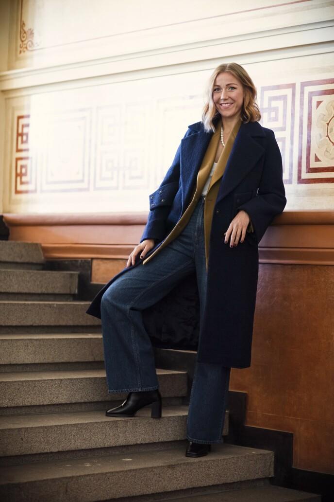 Mørkeblå kåpe (kr 2845, Ivy & Oak), blazer (kr 4000, Tiger of Sweden), jeans (kr 400) og støvletter (kr 700, begge fra H&M) og smykke (kr 800, Miss Mathiesen). Tips! Jeans med sleng gir hverdagsantrekket et elegant løft. FOTO: Astrid Waller