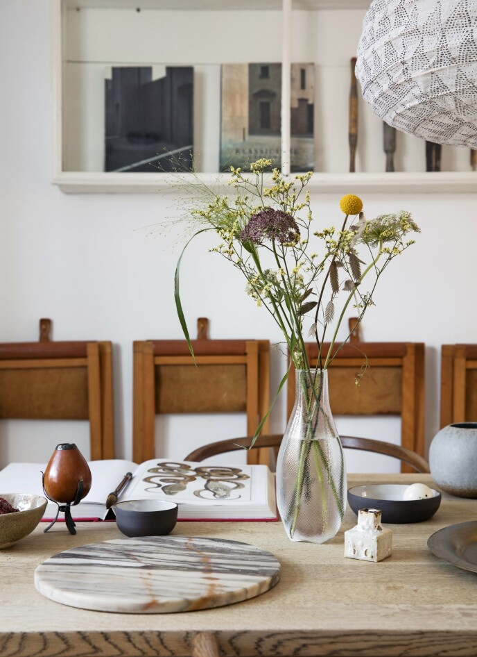 Bland forskjellige antikkfunn og nye kjøp i ulike materialer for et personlig preg. Som her, hvor glassvasen fra Hay spiller sammen med keramikk fra Gurli Elbæk og diverse reise- og loppefunn. FOTO: Kira Brandt