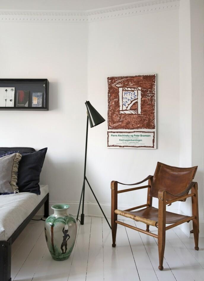 Spesielle funn, som gulvvasen fra Afrika, gjør interiøret helt spesielt. Den grønne fargen på vasen går igjen på gulvlampen fra CasaShop og plakaten som er hengt opp på en MDF-plate i stedet for i ramme. Tips! Ikke bare tre blir vakrere og varmere med årene. Det gjelder i høy grad også lær. Bare se på denne stolen! FOTO: Kira Brandt