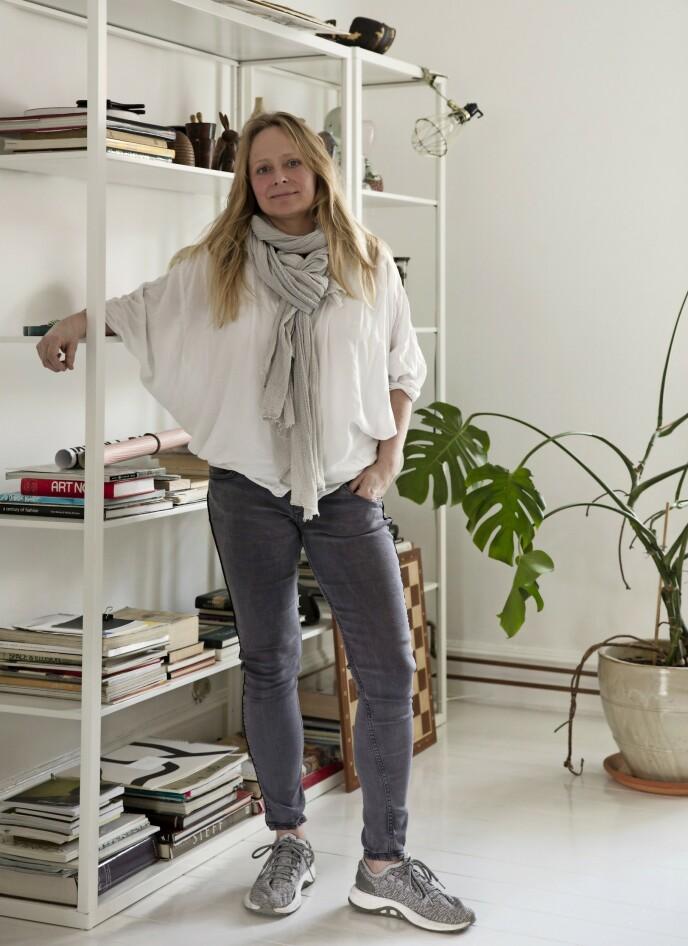 Louise Billgren innreder med naturmaterialer, og kombinerer loppefunn, arvestykker og nye ting som er akkurat hva det gir seg ut for å være. Det viktigste for henne er at tingene spiller på lag. FOTO: Kira Brandt