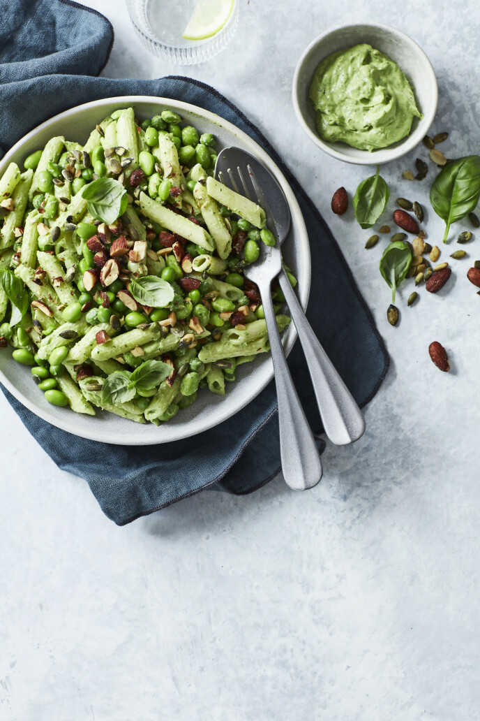 Edamamebønner er fulle av protein og tiner i en fei, så du kan bruke dem i en rask pastasalat. Tips! Edamamebønner kan kjøpes frosne og fås både med og uten belg. Belgen kan ikke spises. FOTO: Stine Christiansen