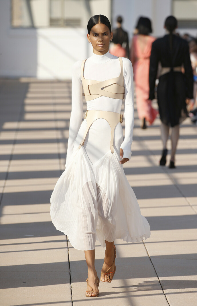 PÅ CATWALKEN: Designer Dion Lee presenterte i 2020 flere looks på catwalken som viste frem den såkalte second skin-trenden. Har du skjønt hva det er? Foto: NTB