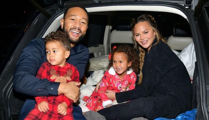 FAMILIE: Artist John Legend og kona Chrissy Teigen med barna Luna og Miles på drive-in-kino i Los Angeles i november, kort tid etter at de mistet sin ufødte sønn Jack. FOTO: NTB