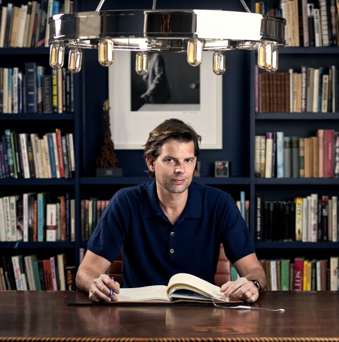 SUKSESSFORFATTER: Svenske Alex Schulmann har skrevet flere bøker i kategorien virkelighetslitteratur. Nå er han ute med romanen «Overleverne» (Gyldendal). FOTO: Viktor Fremling