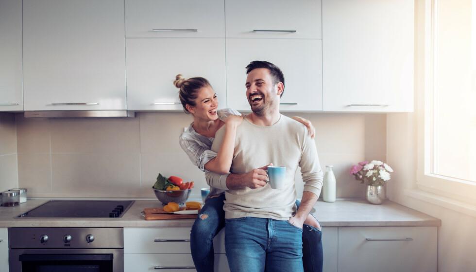 VÆR TIL STEDE: Legg fra deg mobilen og prat med partneren din over en kopp kaffe. Lytt og vær til stede i samtalen. FOTO: NTB