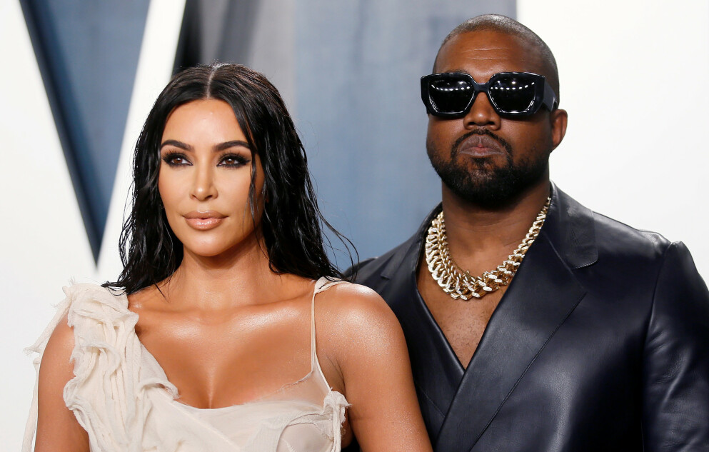 OVER OG UT: Her poserer Kim Kardashian og Kanye West sammen under en Oscar-etterfest i februar i fjor. FOTO: NTB