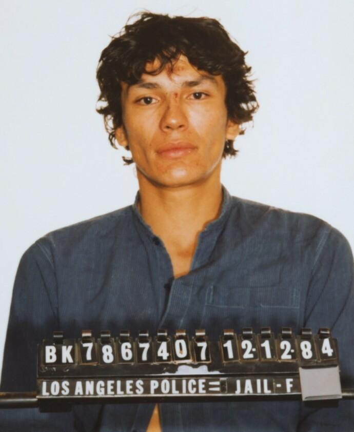 DRAPSMANN – MEN INGEN VISSTE DET: Dette arrestasjonsbildet ble tatt av Richard Ramirez i forbindelse med et biltyveri i desember 1984. Da hadde han allerede tatt livet av to mennesker. FOTO: Twitter