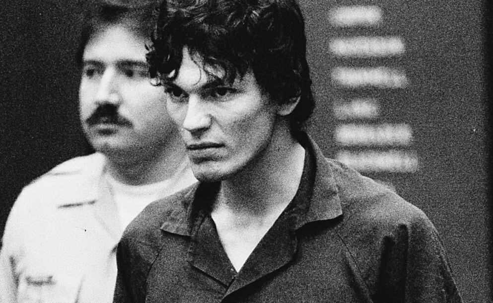 ENDELIG TATT: Her er Richard Ramirez avbildet under rettssaken mot seg i 1989. Denne måneder slipper Netflix dokumentar om seriemorderen. FOTO: NTB
