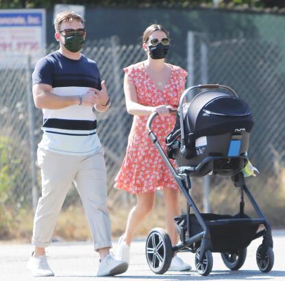 NYBAKTE FORELDRE: Lea Michele og ektemannen Zandy Reich på tur med sin da to måneder gamle sønn høsten 2020. FOTO: NTB