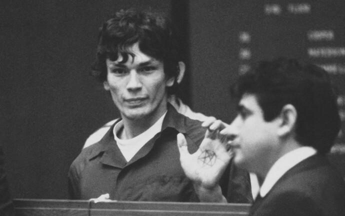 PENTAGRAM OG SATAN-TILBEDELSE: Slik så det ut da Richard Ramirez ankom rettsakens første dag i 1989. FOTO: NTB