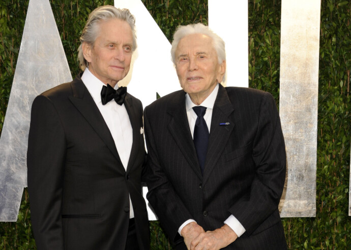 FAR OG SØNN: Michael Douglas (t. v) og pappa Kirk Douglas på en Oscar-tilstelning i 2012. FOTO: NTB