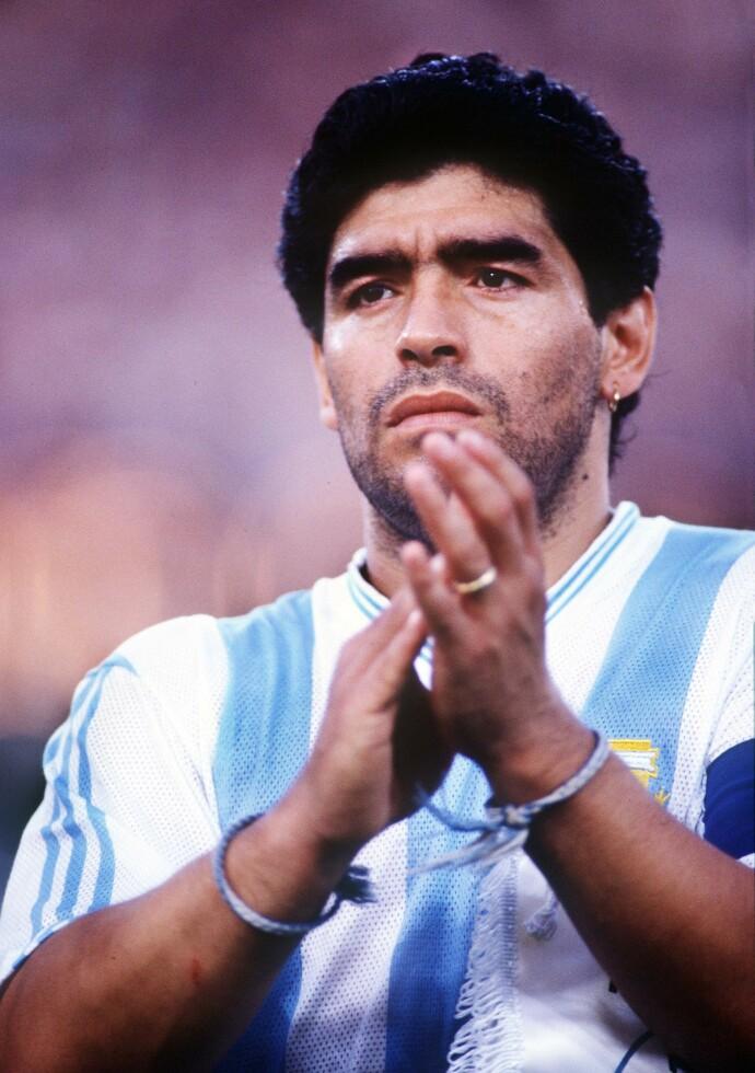 LEGENDE: Diego Maradona er et av de mest kjente sportsnavnene gjennom tidene. I november gikk den tidligere fotballspilleren bort, men legenden dør nok aldri. FOTO: NTB