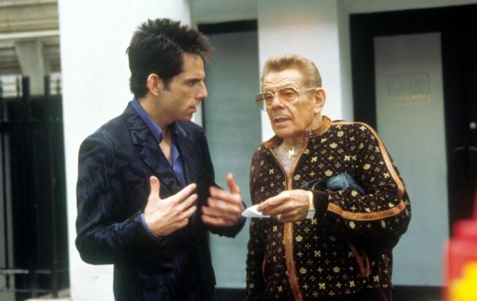 PÅ JOBB SAMMEN: Jerry Stiller (t. h.) i en scene med sønnen Ben Stiller i «Zoolander» fra 2001. FOTO: NTB