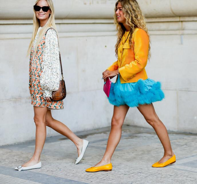 BLÅTT OG GULT: Den danske moteprofilen Emili Sindlev (t.v.) har kombinert sin gule jakke med et herlig, blått skjørt. Den rosa vesken setter virkelig prikken over i-en i dette fargerike antrekket. Foto: NTB