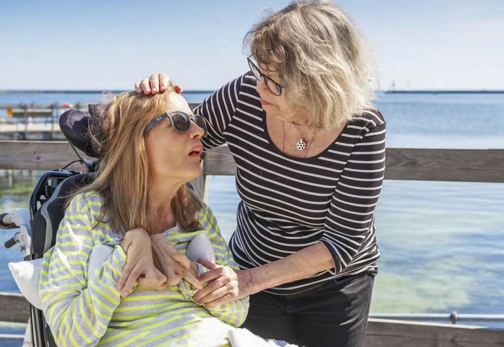 MORSKJÆRLIGHET: Christina Hedlund fikk store hjerneskader etter en brystoperasjon i Polen, og er i dag lam og uten taleevne. I over ti år har mamma Ann-Katrin Berggren kjempet for at datteren skal ha et så godt liv som mulig. – Det er kanskje løvinnemammaen i meg som gjør at jeg orker, sier hun. FOTO: Manne Widung