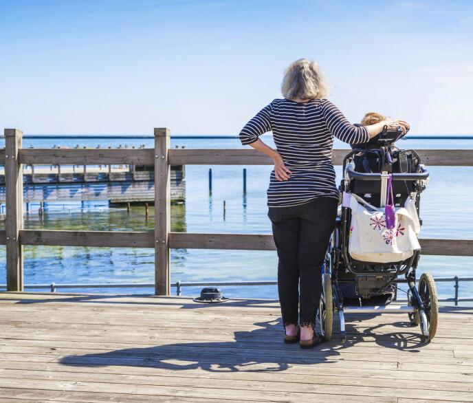 GLEDER: Sol i ansiktet, vind i håret og lyden, synet og lukten av sjø. Det er noe Christina liker, tror mamma Ann-Katrin. FOTO: Manne Widung