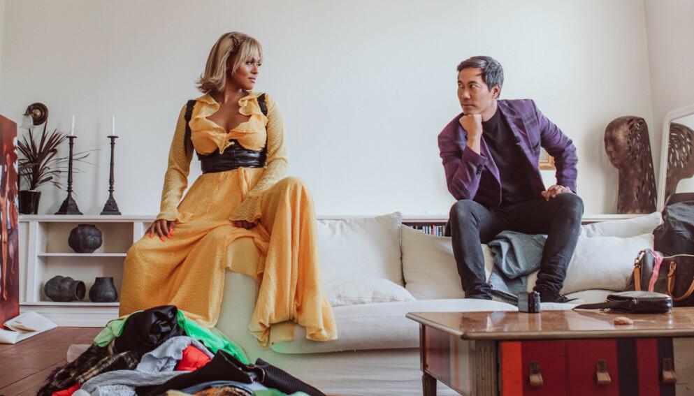 KLESSJOKK: Programleder Christian Strand (t.h.) ble invitert inn i klesskapet til Alexandra Joner (t.v.) og fant ut at det er mange plagg der hun ikke har brukt det siste året. Foto: Sara Høines/NRK