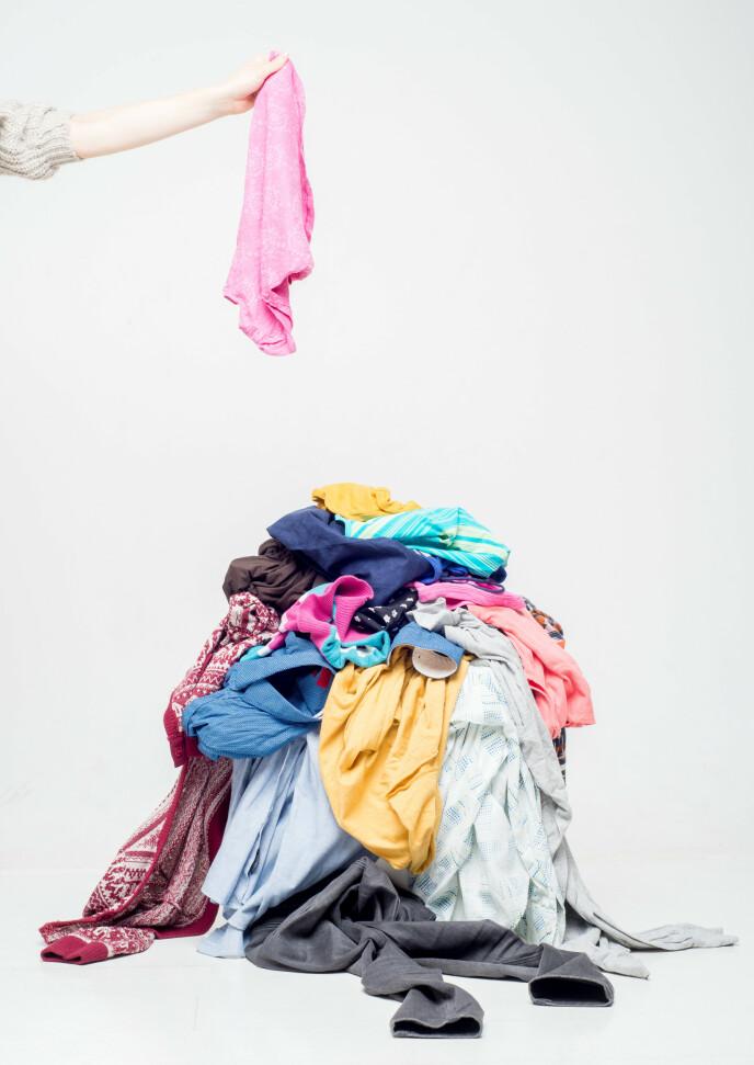 SLØSING: Ifølge Christian Strand ender man sjelden opp med å bruke de ekstra plaggene man kjøper på salg og kaster det heller i søpla eller gir det til Fretex. Foto: NTB
