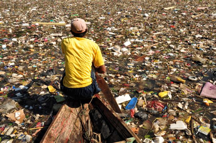 INDONESIA: Citarum-elven i Indonesia er stappfull av søppel, klær og avfall. Foto: NTB