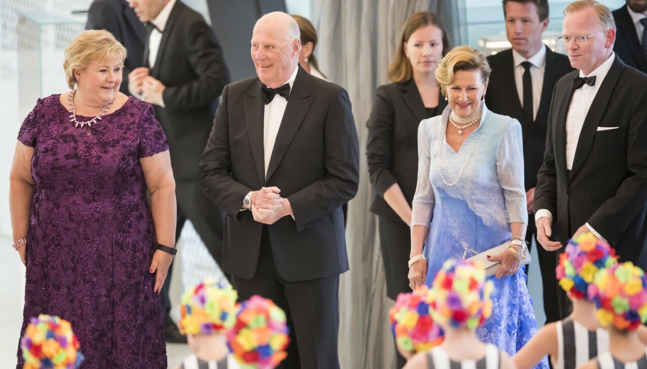 JUBILEUM: Statsminister Erna Solberg og ektemann Sindre Finnes (th) var vertskap, da dronning Sonja og kong Harald ble feiret med regjeringens festmiddag for kongeparet i Operaen, i anledning deres 80-årsjubileum i 2017. FOTO: Heiko Junge / NTB