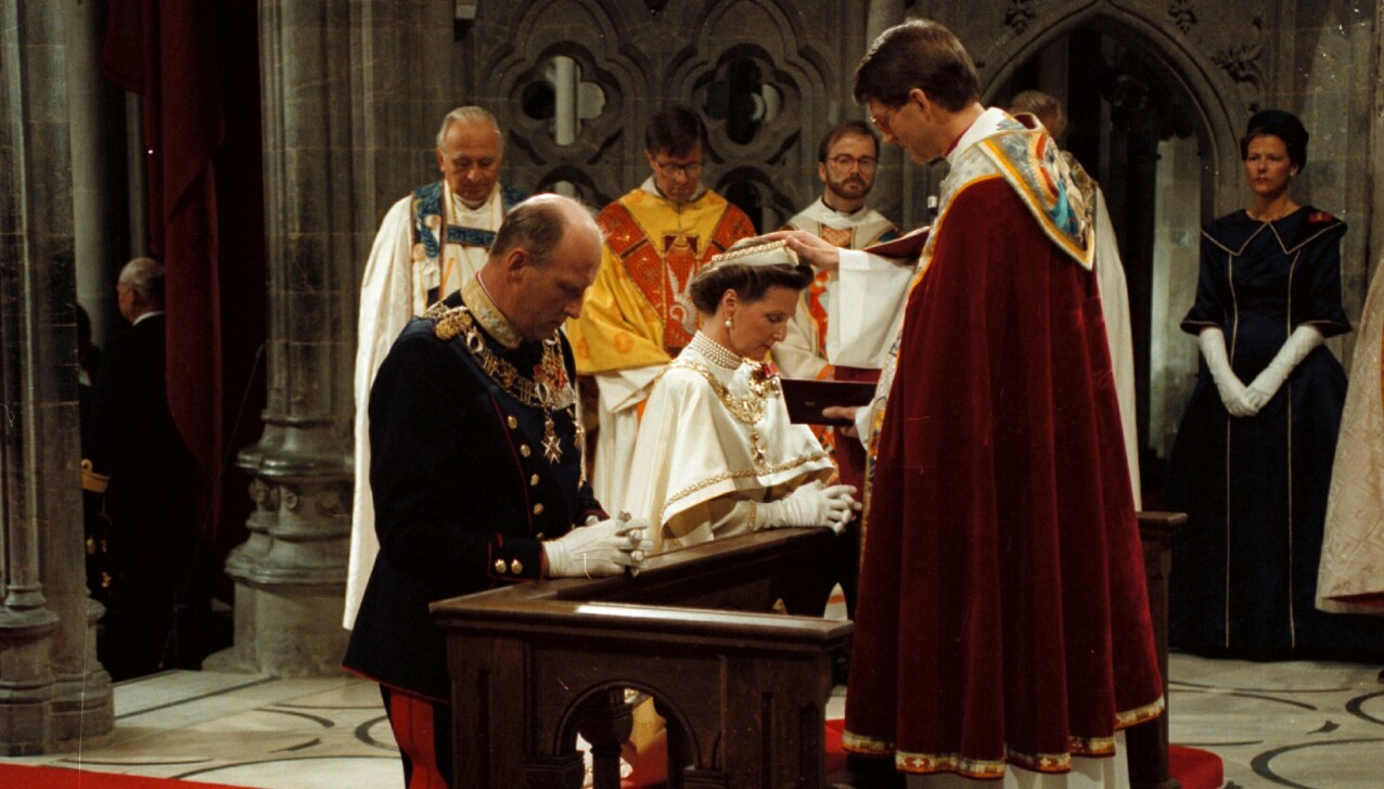 HØYTIDELIG: Kong Harald og dronning Sonja signes av biskopen i Nidaros Finn Wagle under seremonien i Nidarosdomen 23. juni 1991. FOTO: Knut Falch / NTB.