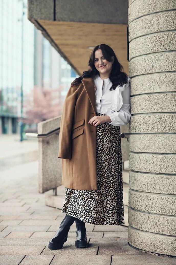 ETTER: Kåpe (kr 1300), bluse (kr 400) og skjørt (kr 400, alt fra Kappahl) og boots (kr 1800, Pavement). Tips! En kåpe med rene linjer gjør antrekket klassisk og elegant. FOTO: Astrid Waller