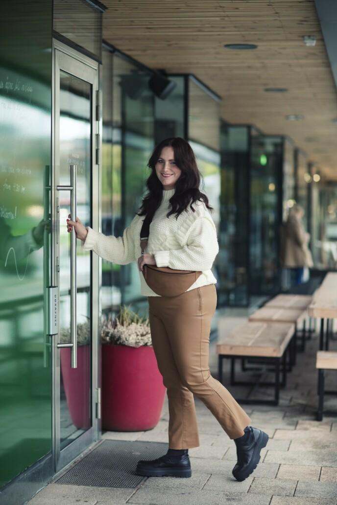 Genser (kr 400) og bukse i skinnimitasjon (kr 500, begge fra Kappahl), veske (kr 1600, Markberg) og boots (kr 1800, Pavement). Tips! Grove boots er både praktiske og kule. FOTO: Astrid Waller