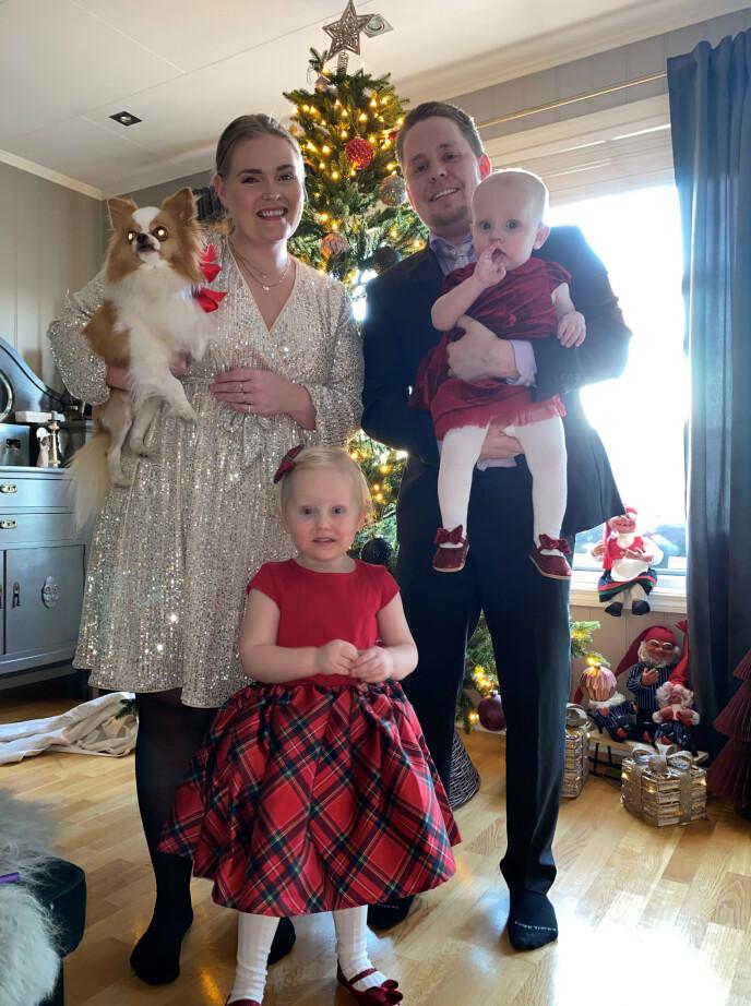 I HUSET: Dette bildet er tatt av familien på julaften, i huset i Nystulia som ikke lenger eksisterer. FOTO: Privat